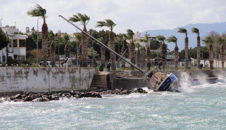 1,5 milyon liralık yelkenli tekne karaya vurdu