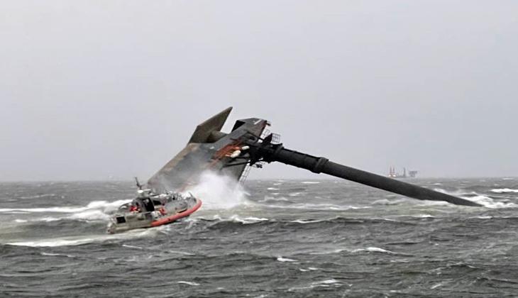 ABD'de ticari gemi alabora oldu: 12 kişi kayıp