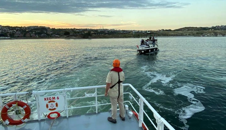 Ambarlı önlerinde sürüklenen tekne, Kıyı Emniyeti tarafından kurtarıldı...