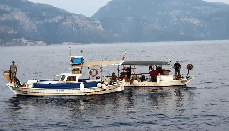 Arızalanan balıkçı teknesini KIYEM-5 botu kurtardı