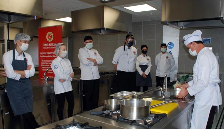 """Aşçılık Programı öğrencilerine """"gemi aşçılığı"""" eğitimi"""