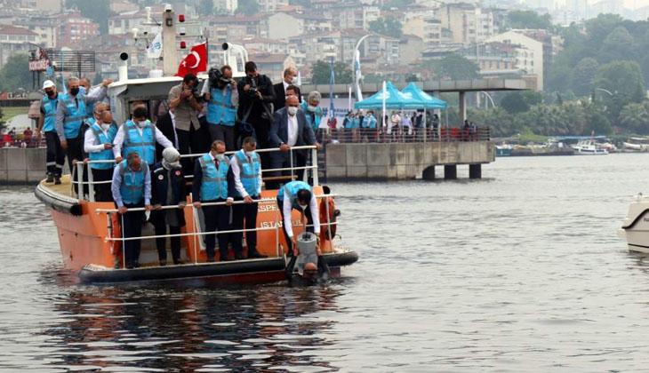 Bakan Murat Kurum, denizin altına oksijen verecek cihazı İzmit Körfezi'ne bıraktı