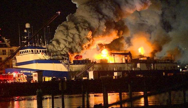 Balıkçı gemisi, çıkan yangında kullanılamaz hale geldi! İŞTE O ANLAR