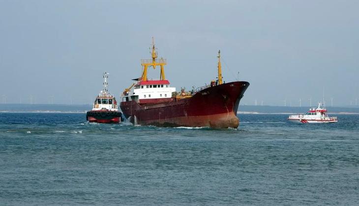 Bozcaada'da karaya oturan gemi kurtarıldı