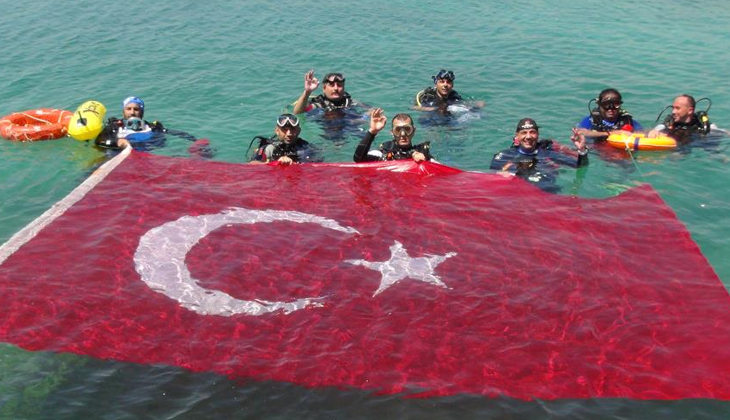 Deniz altında 30 metrelik Türk bayrağı açtılar