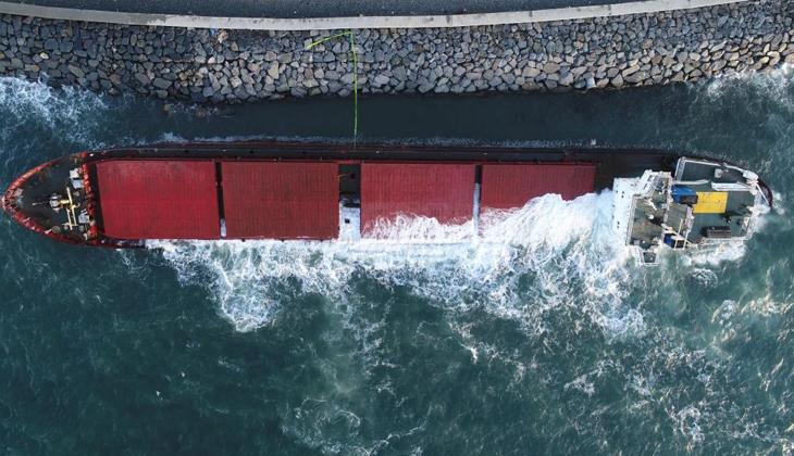 Geçtiğimiz günlerde Zeytinburnu'nda karaya oturan gemi, fırtına nedeniyle yan yattı