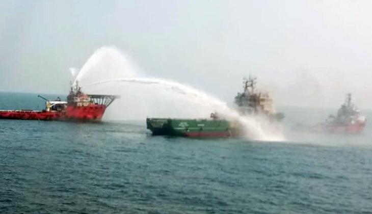 Gemide yangın çıktı, mürettebat helikopter ile tahliye edildi