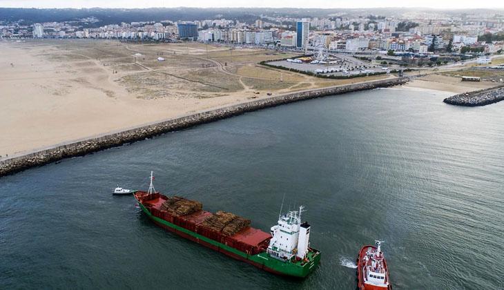 Gemiden denize düşen kütükler nedeniyle limana giriş ve çıkışlar kapatıldı