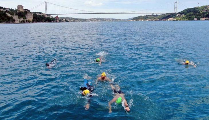 Hafta sonu kısıtlamasında Boğaz'dan yüzerek karşıya geçtiler!