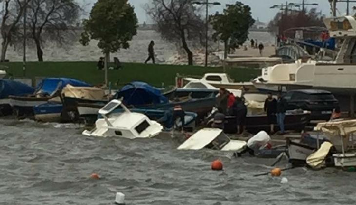 İzmir'de fırtına nedeniyle çok sayıda tekne battı