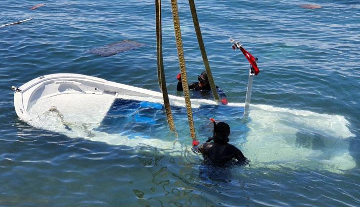 İzmir'de fırtınanın ardından batan tekneler denizden çıkartılıyor
