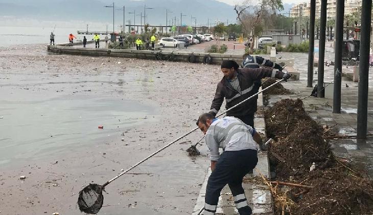 İzmir'de selin ardından Körfez'den tonlarca çöp toplandı