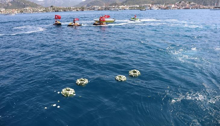 Marmaris'te deniz şehitleri anısına denize çelenk bırakıldı