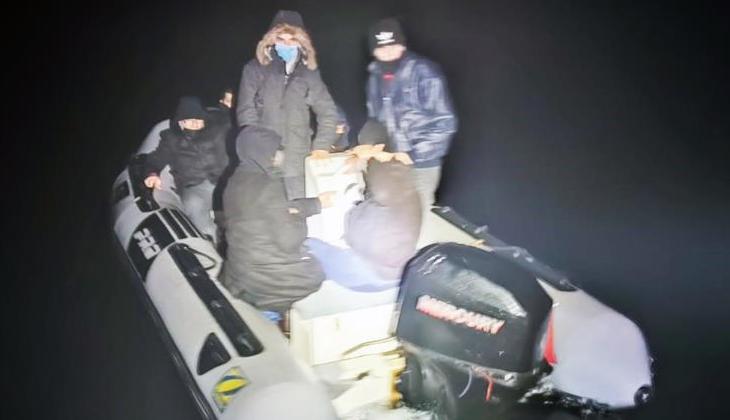 Muğla açıklarında lastik bot içinde sürüklenen yedi düzensiz göçmen kurtarıldı