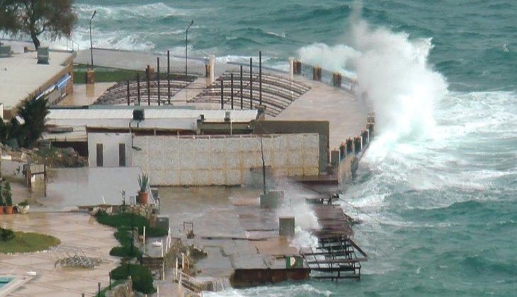 Fırtına nedeniyle feribot seferleri iptal edildi, deniz kahverengiye döndü