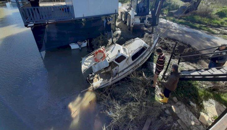 Fırtına nedeniyle batan tekneler vinç yardımıyla çıkartıldı