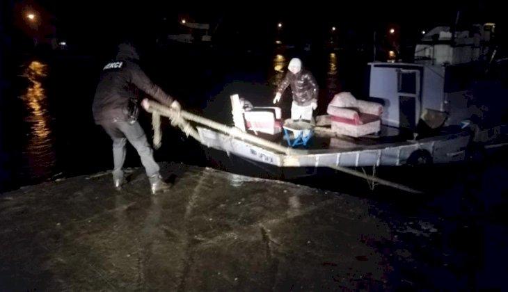 Fırtınada halatı kopan tekneyi dakikalarca elleriyle tutmaya çalıştılar