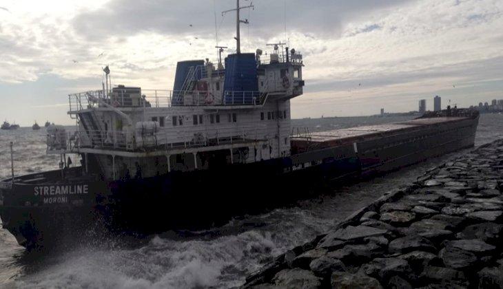 İstanbul'da lodos nedeniyle sürüklenen gemi karaya oturdu! İŞTE O ANLAR