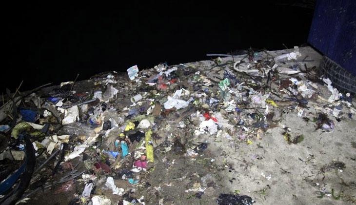 Rize'deki kıyı balıkçıları, çöp dolu ağlarla limana dönüyor