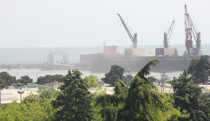 Samsun Limanı'nda yükleme esnasında çıkan toz, rüzgarın etkisiyle çevreye yayıldı