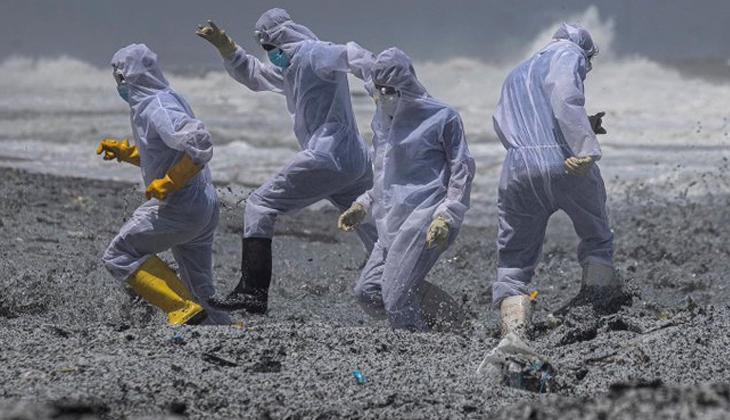 Sri Lanka açıklarında yanan MV X-Press Pearl gemisinden kopan parçalar sahile vurdu