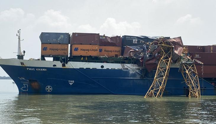 Sürüklenen gemi köprü inşaatındaki vince çarptı