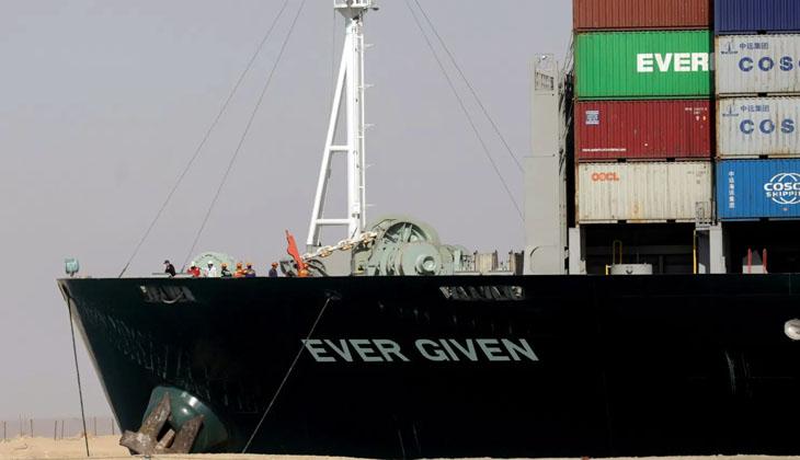 Süveyş Kanalı İdaresi'nin tazminat talebiyle el koyduğu Ever Given gemisi kanaldan ayrılıyor