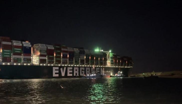 Süveyş Kanalı'nı tıkayan geminin hareket etmesi için çalışmalar sürüyor