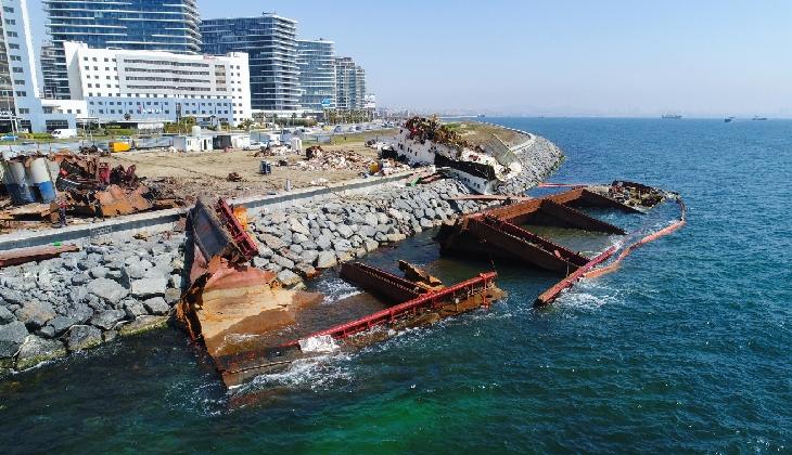 Zeytinburnu Sahilinde karaya oturan gemi su altında parçalanıyor