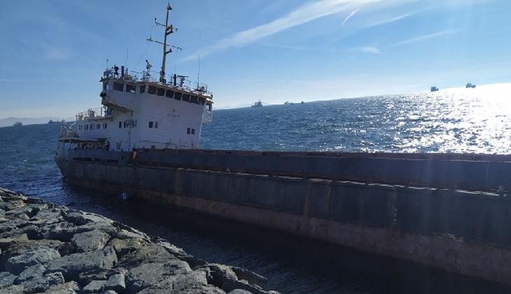 Zeytinburnu'nda karaya oturan geminin bekleyişi sürüyor