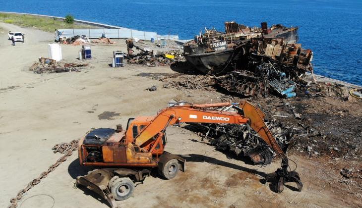Zeytinburnu'nda karaya oturan geminin tüm parçaları denizden çıkarıldı