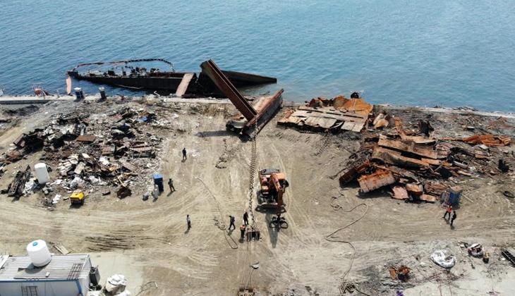 Zeytinburnu'nda kıyıya vuran gemisinin büyük bir bölümü parçalandı
