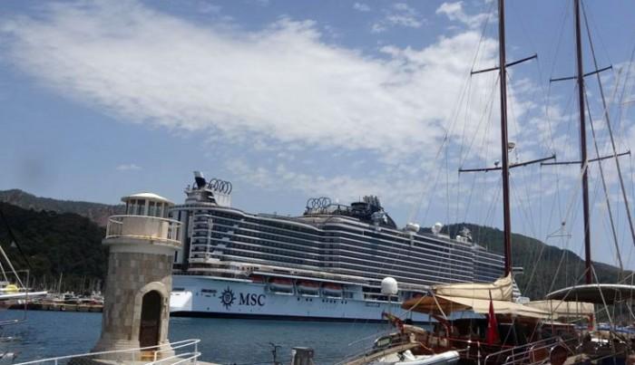 Dev gemi, Marmaris'e personel almak için yanaştı...