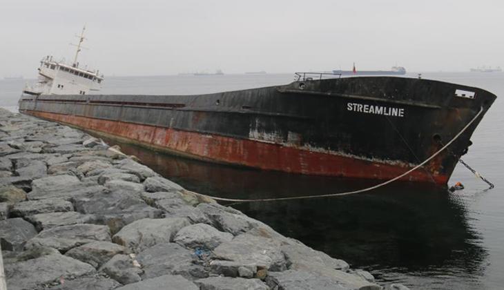 Zeytinburnu'nda karaya oturan Streamline isimli gemiden yakıt sızmaya başladı