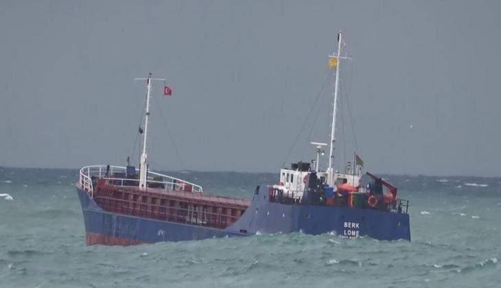 Zonguldak'ta dalgalar mendireği aştı, yük gemisi beşik gibi sallandı