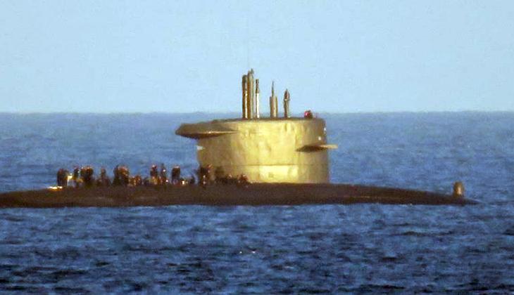 Denizaltı mürettebatı güvertede barbekü keyfi yaparken görüldü