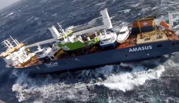 Mürettebatın fırtına nedeniyle tahliye edildiği gemi sürüklenmeye devam ediyor